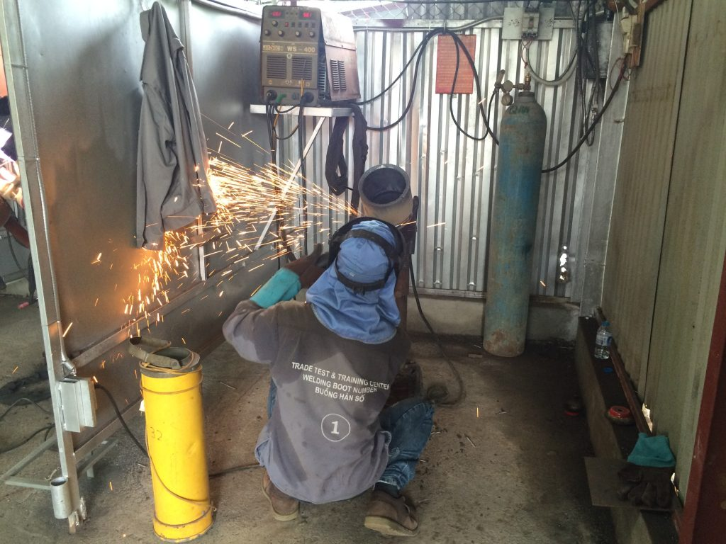 Thợ hàn cửa sắt tại nhà.